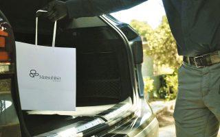 Πολυτελή αυτοκίνητα φεύγουν καθημερινά από το ελληνικό εστιατόριο του διάσημου σεφ Nobuyuki «Nobu» Matsuhisa μεταφέροντας τις πανάκριβες παραγγελίες.