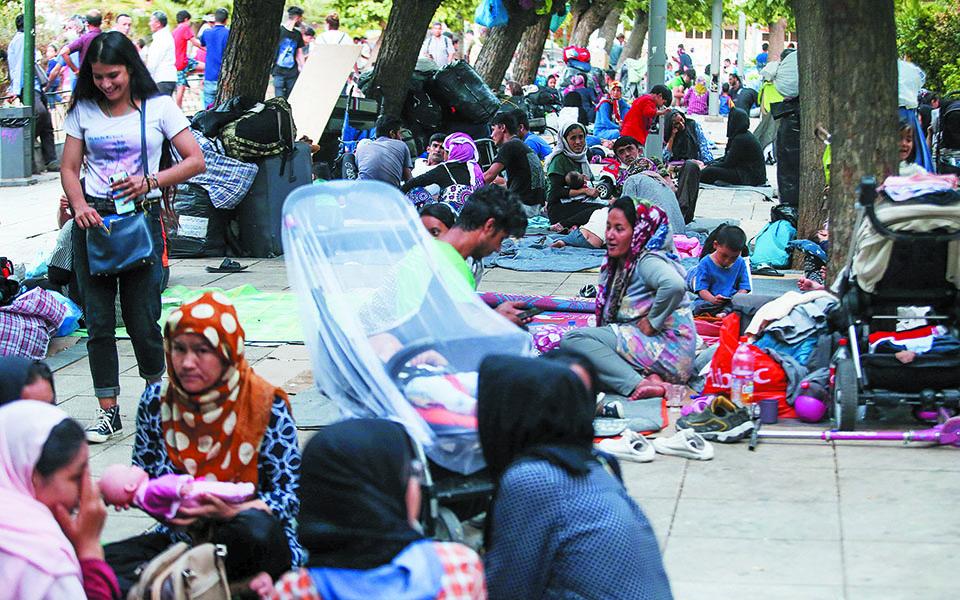 Οσοι πρόσφυγες φθάνουν από τα νησιά στεγάζονται σε ξενοδοχεία, προκειμένου να αποφευχθεί η αστεγία σε σημεία όπως η πλατεία Βικτωρίας. Φωτ. INTIME NEWS