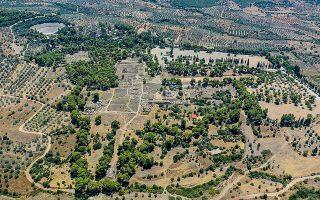 Αεροφωτογραφία του Ασκληπιείου της Επιδαύρου από τα βόρεια. Διακρίνεται το κυκλικό οικοδόμημα, δηλαδή η Θόλος. Στα αριστερά, διακρίνεται η ανασκαφή του αρχαϊκού κτιρίου. Στο βάθος, αριστερά, βλέπουμε το αρχαίο θέατρο.