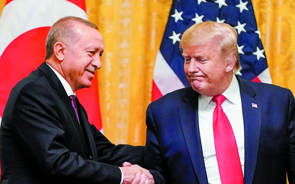 Ολοι ομολογούν πως ο Ρετζέπ Ταγίπ Ερντογάν θα προτιμούσε τη νίκη του Ντόναλντ Τραμπ, λόγω των προσωπικών σχέσεων που έχουν αναπτύξει οι δύο άνδρες, όπως και οι γαμπροί τους. Φωτ. REUTERS