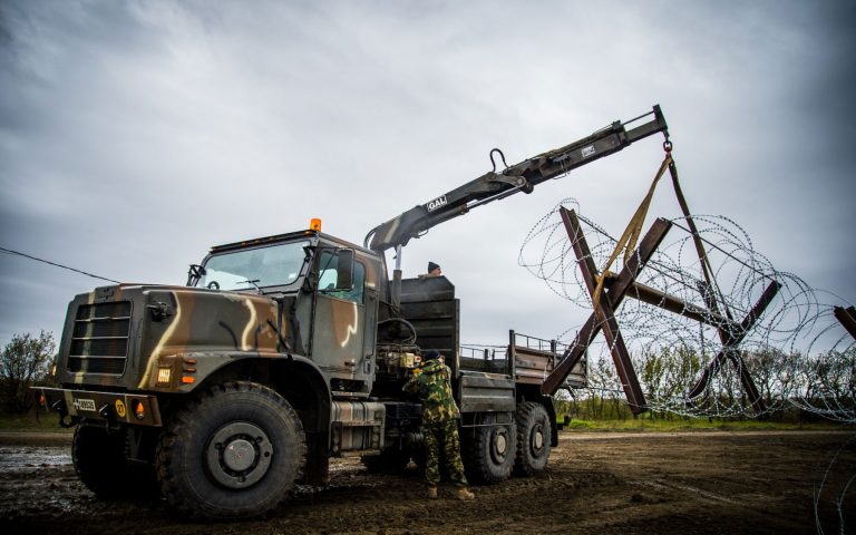 Έβρος: Τεχνητά εμπόδια και θέσεις μάχης κατασκευάζουν οι Ένοπλες Δυνάμεις (εικόνες)