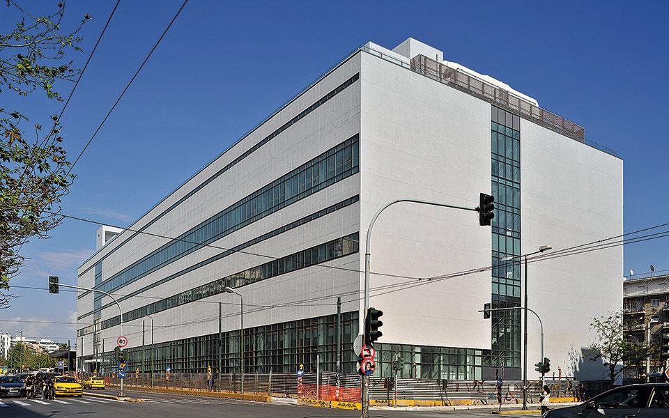 Οι όψεις του ΕΜΣΤ αντανακλούν διαφορετική επεξεργασία του κτιρίου. Η όψη στη Συγγρού συνδέεται µε το βιοµηχανικό παρελθόν του Φιξ.