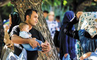 Δεκάδες άνθρωποι και οι οικογένειές τους, πολλοί από αυτούς αναγνωρισμένοι πρόσφυγες, έχουν βρει «κατάλυμα» στην πλατεία Βικτωρίας. «Είναι αδιανόητο ότι η ελληνική πολιτεία αφήνει ανθρώπους στην πλατεία να τα βγάλουν πέρα με οποιονδήποτε τρόπο», λέει επιχειρηματίας της περιοχής. Φωτ.ΝΙΚΟΣ ΚΟΚΚΑΛΙΑΣ