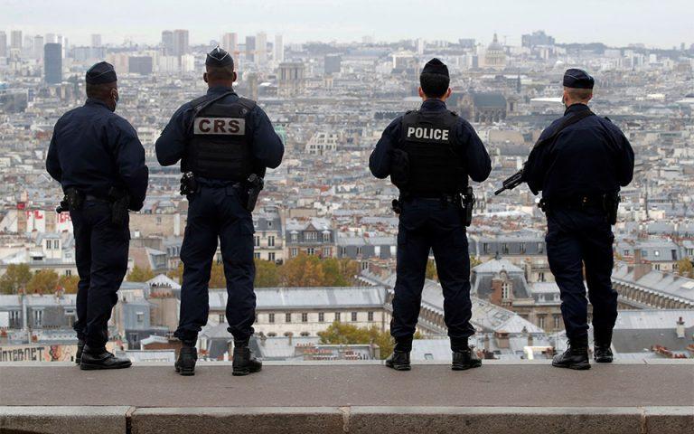 Παρίσι: Άνδρας απείλησε αστυνομικούς με δύο μαχαίρια