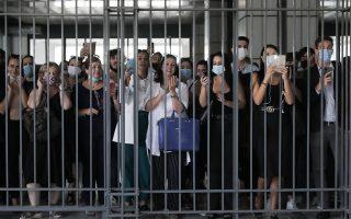 Συνήγοροι πολιτικής αγωγής και άλλοι δικηγόροι χειροκροτούν την οικογένεια Φύσσα κατά την έξοδου τους από την αίθουσα του Εφετείου. Φωτ: INTIME