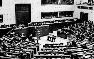 Το 1969, κατά τη διάρκεια της χούντας, η Ελλάδα είχε ουσιαστικά αποπεμφθεί από το Συμβούλιο της Ευρώπης έπειτα από κατηγορίες για διενέργεια βασανιστηρίων. Το Σύνταγμα του 1975 είχε ως προτεραιότητα την πλήρη προσαρμογή της Ελλάδας στη διεθνή θεωρία και πρακτική των ανθρωπίνων δικαιωμάτων και σηματοδότησε την επάνοδο της χώρας στη διαμορφούμενη διεθνή νομιμότητα. Φωτ. ASSOCIATED PRESS
