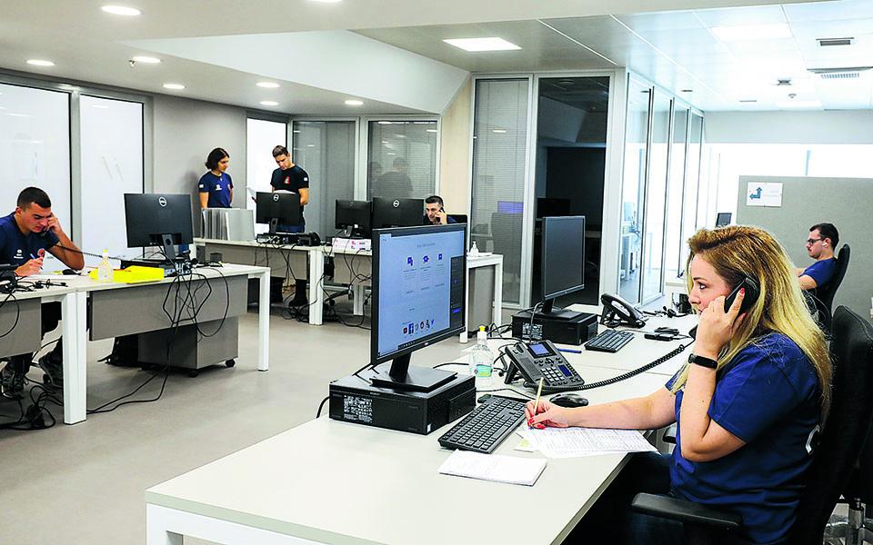 Συνολικά 190 άτομα, στελέχη της Πυροσβεστικής, της Αστυνομίας και του Λιμενικού με ανακριτική εμπειρία, μοιρασμένα σε βάρδιες, προσπαθούν καθημερινά να εντοπίσουν και να ενημερώσουν τις στενές επαφές θετικών κρουσμάτων (φωτ. από το «στρατηγείο» του κτιρίου «Φάρος» τον περασμένο Αύγουστο). Φωτ. ΝΙΚΟΣ ΚΟΚΚΑΛΙΑΣ