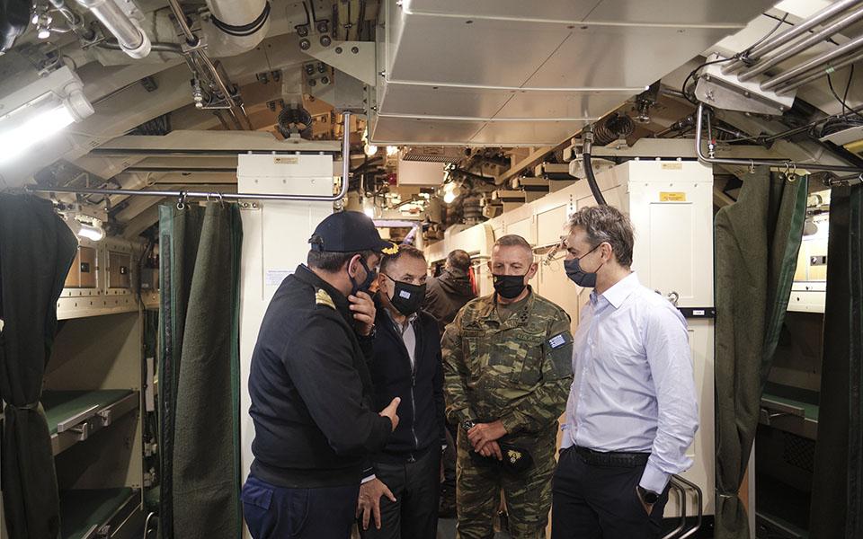 Μπορεί η Αθήνα να προχωρεί στη διπλωματική και αμυντική θωράκιση της χώρας και με την προμήθεια τορπιλών, ωστόσο αυτό δεν εμπόδισε τον Κυριάκο Μητσοτάκη να επικοινωνήσει με τον Ταγίπ Ερντογάν λίγη ώρα μετά τον σεισμό της Παρασκευής (φωτ. από την επίσκεψη του πρωθυπουργού στο υποβρύχιο «Κατσώνης»).  Φωτ. ΑΠΕ