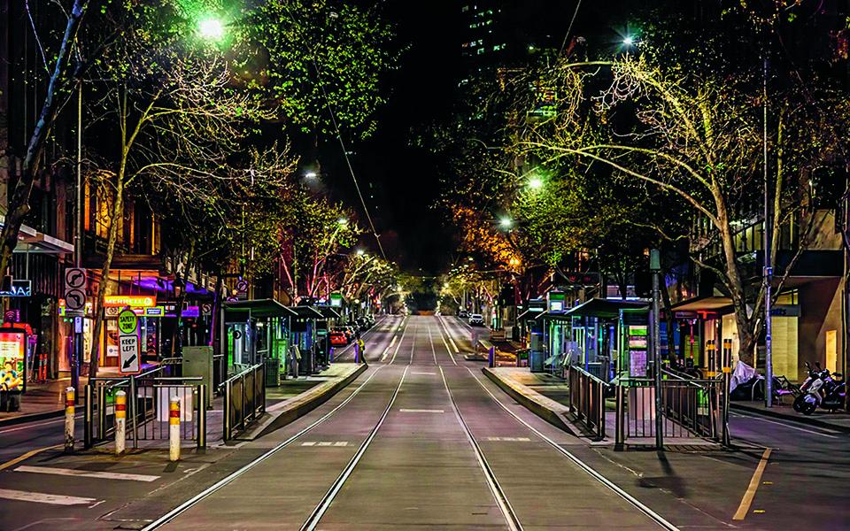 Από τις 8 το βράδυ έως τις 5 τα ξηµερώµατα, η Μελβούρνη, µία από τις πιο ζωντανές πόλεις στον κόσµο, ερήµωνε λόγω της αυστηρής απαγόρευσης κυκλοφορίας.