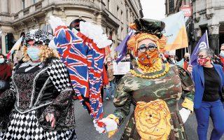 30.09.2020. Ηθοποιοί ντυμένοι με στολή παντομίμας συμμετέχουν στην πορεία των Βρετανών καλλιτεχνών προς το Κοινοβούλιο με αίτημα τη μεγαλύτερη υποστήριξη του θεάτρου λόγω του κορωνοϊού. Φωτ. ASSOCIATED PRESS