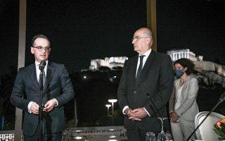 Οι δύο υπουργοί Εξωτερικών, Δένδιας και Μάας, με φόντο την Ακρόπολη. Φωτ: INTIME