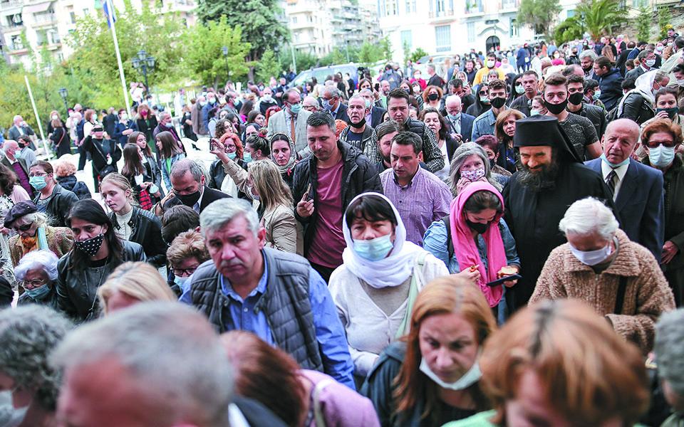 Εκατοντάδες πιστοί, οι περισσότεροι χωρίς να φορούν προστατευτική μάσκα, βρέθηκαν στη λιτανεία των λειψάνων του Αγίου Δημητρίου στη Θεσσαλονίκη. Φωτ. INTIME NEWS