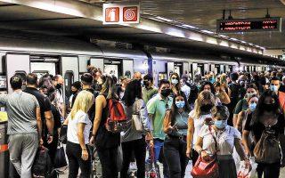 Σε «πεδία μαχών» έχουν μετατραπεί τελευταία καταστήματα, μέσα μαζικής μεταφοράς, ακόμη και σπίτια. Ανθρωποι που φορούν μάσκα εξοργίζονται στη θέα αμελών ή αρνητών, εκ των οποίων αρκετοί δεν διστάζουν να επιτεθούν σε όσους τηρούν τα μέτρα προστασίας. Φωτ. ΝΙΚΟΣ ΚΟΚΚΑΛΙΑΣ
