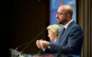 Ο πρόεδρος του Ευρωπαϊκού Συμβουλίου Σαρλ Μισέλ συνομιλεί με τη Γερμανίδα καγκελάριο Αγκελα Μέρκελ, στο περιθώριο της Συνόδου (φωτ. Johanna Geron, Pool via A.P.).