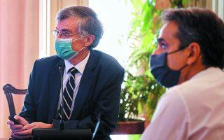 Την Τρίτη, ο πρωθυπουργός συγκάλεσε σύσκεψη στο Μαξίμου με τη συμμετοχή του καθηγητή Σωτήρη Τσιόδρα (αριστερά) για την αντιμετώπιση της εξάπλωσης της πανδημίας. Το μέτρα οριστικοποιήθηκαν δύο ημέρες αργότερα. Φωτ. ΑΠΕ/ΜΠΕ