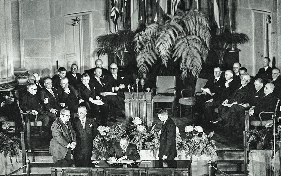 4.4.1949. Ο υπ. Εξωτερικών των ΗΠΑ Ντιν Ατσεσον υπογράφει την ιδρυτική συνθήκη του ΝΑΤΟ στην Ουάσιγκτον. «Τα Συμβαλλόμενα Μέρη συμφωνούν ότι ένοπλος επίθεση εναντίον ενός ή περισσοτέρων εξ αυτών στην Ευρώπη ή στη Βόρειο Αμερική θα θεωρηθεί επίθεση εναντίον όλων...». Φωτ. Α.P.