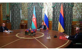 Με οικοδεσπότη τον Ρώσο ομόλογό τους Σεργκέι Λαβρόφ, οι υπουργοί Εξωτερικών Αζερμπαϊτζάν και Αρμενίας, Τζεϊχούν Μπαϊράμοφ και Ζογκράμπ Μνατσακανιάν (αριστερά και δεξιά), συναντήθηκαν χθες στη Μόσχα, στις πρώτες απευθείας συνομιλίες των δύο πλευρών μετά την έναρξη των εχθροπραξιών στο Ναγκόρνο-Καραμπάχ. Στόχος του διαλόγου, μια πρώτη συμφωνία για κατάπαυση του πυρός (φωτ. EPA / RUSSIAN FOREIGN AFFAIRS MINISTRY).