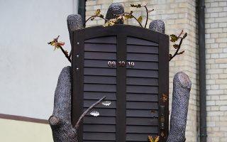 Τμήμα της ξύλινης πόρτας της συναγωγής, που άντεξε στις απόπειρες του 25χρονου δράστη να την ανατινάξει, περιλαμβάνεται στο μνημείο για την επίθεση της 9ης Οκτωβρίου 2019 (φωτ. EPA).