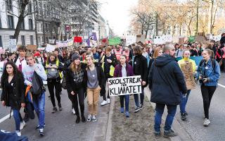 Η αποχή από τα μαθήματα σε σουηδικά και άλλα σχολεία, κάθε Παρασκευή, ως δράση των μαθητών υπέρ της προστασίας του περιβάλλοντος, αποτέλεσε παγκόσμια είδηση. Φωτ. ASSOCIATED PRESS