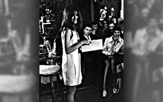 Η Λουίζ Γκλουκ, 25 ετών, καλεσμένη σε συγκέντρωση στο σπίτι του μεγάλου Νόρμαν Μέιλερ (δεν φαίνεται στην εικόνα), απαγγέλει κάποια από τα ποιήματά της. Η πρώτη της συλλογή με τίτλο «Firstborn» (1968) είχε μόλις κυκλοφορήσει. ©Fred W. McDarrah/Getty Images/Ideal Image