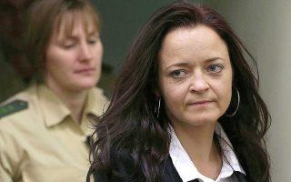 H Μπεάτε Τσέπε, μέλος του ΝSU, εισέρχεται στο δικαστήριο, τον Ιούνιο του 2013. Η Τσέπε καταδικάστηκε σε ισόβια κάθειρξη για δέκα δολοφονίες. Φωτ. A.P.