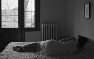 «Πόσο καλύτερο όμως θα ήταν αν κοιμόσουν για πάντα», είπε στην κόρη η μητέρα της. Σκηνή από την ταινία του Ντεμέρ «Μια γυναίκα, η μητέρα μου» (2019).