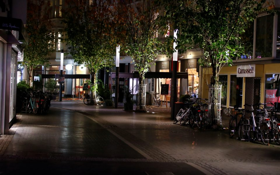 A shopping street in Bonn is seen empty at the beginning of a month-long COVID-19 lockdown in Germany November 2, 2020. REUTERS/Wolfgang Rattay   REUTERS/Wolfgang Rattay