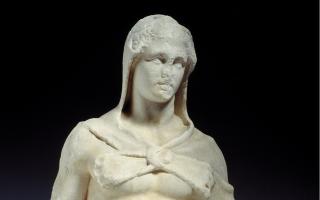 Αγαλματίδιο του Ηρακλή που χρονολογείται στο τέλος του 4ου αι. πΧ. Ανασύρθηκε το 1885 απέναντι από το σημείο που βρέθηκε η κεφαλή του Ερμή, κοντά στον Ι.Ν. της Αγίας Ειρήνης.