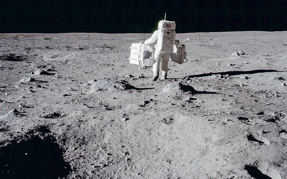 Ο Μπαζ Ολντριν, στις 20 Ιουλίου 1969, μεταφέρει ένα πακέτο σεισμικών πειραμάτων στην επιφάνεια της Σελήνης (φωτ. Neil Armstrong/NASA via A.P.).