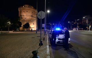 Έλεγχοι για την τήρηση των μέτρων εναντίον της πανδημίας γίνονται σε πολλά σημεία της πόλης, με τους αστυνομικούς και τους δημοτικούς αστυνομικούς να ζητούν από τους πολίτες να επιδείξουν είτε το sms προς το «13033», είτε τη βεβαίωση εργοδότη (Φωτ. ΙΝΤΙΜΕ)
