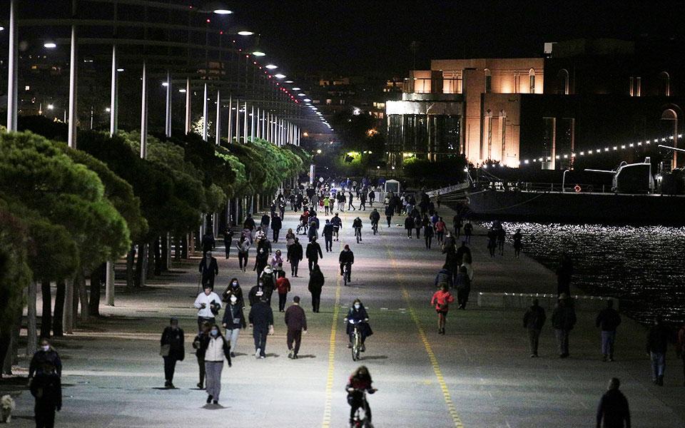 Αυξημένη ήταν χθες το βράδυ η κίνηση στη Νέα Παραλία Θεσσαλονίκης, παρά τα περιοριστικά μέτρα (φωτ. INTIME NEWS).