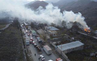 Οι Αρμένιοι κάτοικοι του Ναγκόρνο-Καραμπάχ πυρπολούν τα σπίτια τους, ώστε να μην πέσουν στα χέρια των Αζέρων, πριν πάρουν τον δρόμο της ξενιτειάς. Φωτ.AP Photo/Dmitry Lovetsky