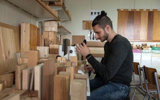 Οι φοιτητές δεν κατακτούν μόνο την τέχνη ή την τεχνική, αλλά και την επιστήμη του ξύλου, μαθαίνοντας σε βάθος το υλικό. (Φωτογραφίες: Αλέξανδρος Αβραμίδης)