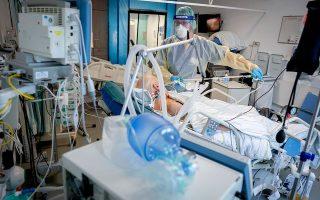 Εξαιτίας της μεγάλης πίεσης που δέχεται το υγειονομικό σύστημα της Γερμανίας, ο υπουργός Υγείας Γενς Σπαν δήλωσε ότι νοσηλευτές που είναι ασυμπτωματικοί φορείς του κορωνοϊού θα εξακολουθούν να εργάζονται, εφόσον υπάρχει επείγουσα ανάγκη (φωτ. A.P.).