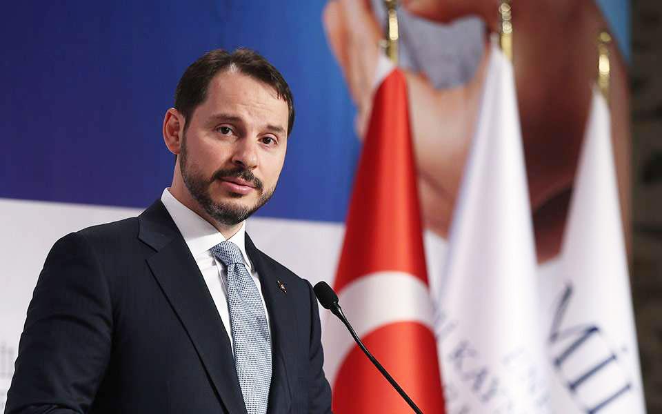 Στον 42χρονο Μπ. Αλμπαϊράκ σχεδιάζει ο Τούρκος πρόεδρος να μεταθέσει τις ευθύνες για την καταστροφική πορεία της τουρκικής οικονομίας και την ελεύθερη πτώση της λίρας, σύμφωνα με δημοσίευμα των Financial Times.