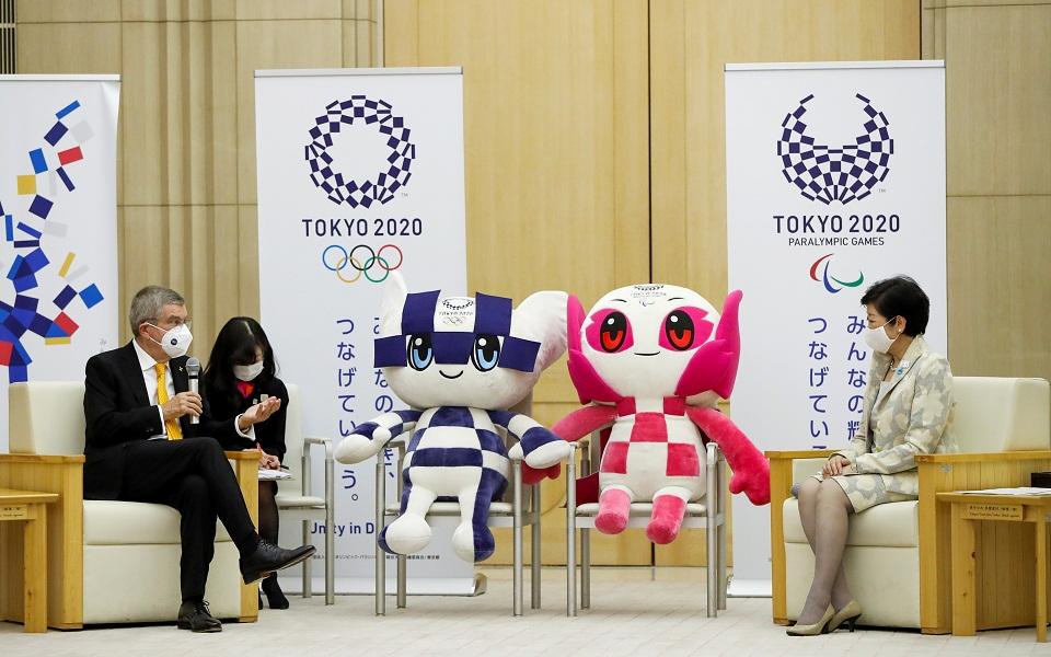 Ο Πρόεδρος της ΔΟΕ Τόμας Μπαχ με την κυβερνήτη του Τόκιο Γιουρίκο Κόικε. (Φωτ.: Reuters)
