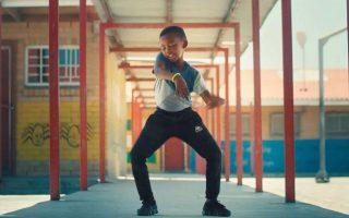 Στην ταινία «Ρυθμοί ζωής», ένας πατέρας χρησιμοποιεί αφρικανικούς ηλεκτρονικούς ρυθμούς για να κινητοποιήσει τα παιδιά σε μια πόλη της Ν. Αφρικής ώστε να ξορκίσουν τις δυσκολίες τους... χορεύοντας.