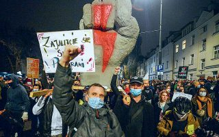Μαζικές αντικυβερνητικές διαδηλώσεις πραγματοποιήθηκαν την Κυριακή, για ενδέκατη συνεχή μέρα, στην Πολωνία (φωτ. A.P.).