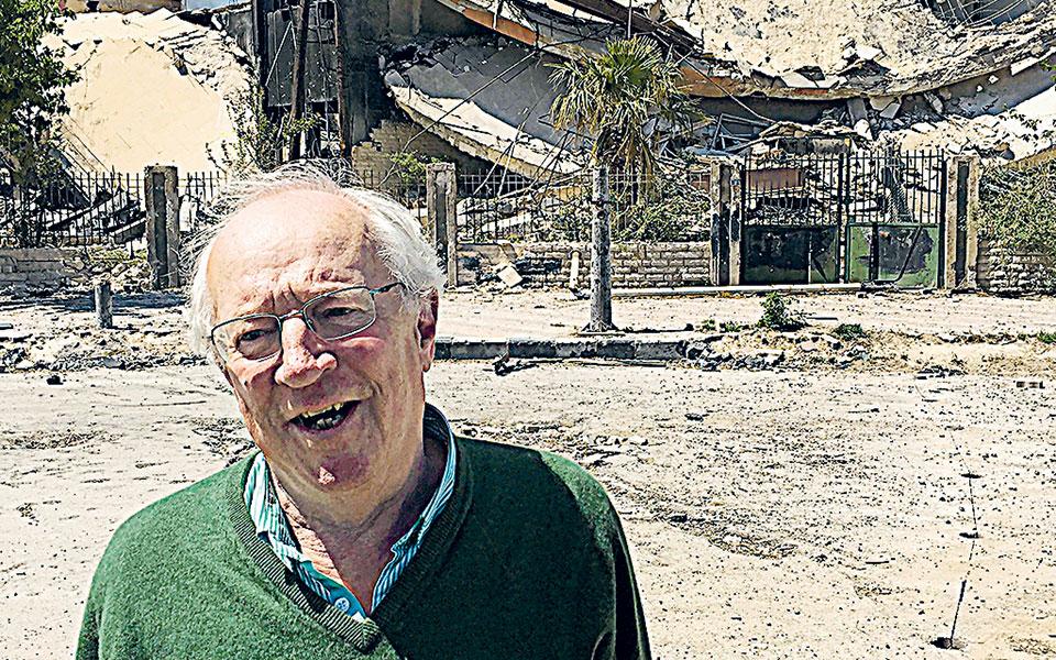 Ο Ρόμπερτ Φισκ μπροστά σε γκρεμισμένο κτίριο στη Δαμασκό, το 2018 (φωτ. Α.Ρ.).