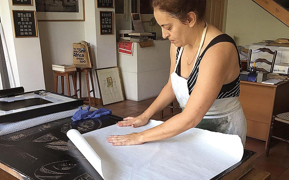 Η χαράκτρια Τάσα Χαροκόπου εκτύπωσε το έργο.