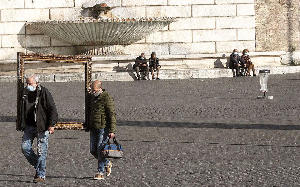 Η Ιταλία κατέγραψε χθες τον υψηλότερο αριθμό ημερήσιων θανάτων λόγω COVID-19 από τις 6 Μαΐου, καθώς 353 άτομα κατέληξαν εντός 24 ωρών (φωτ. A.P.).
