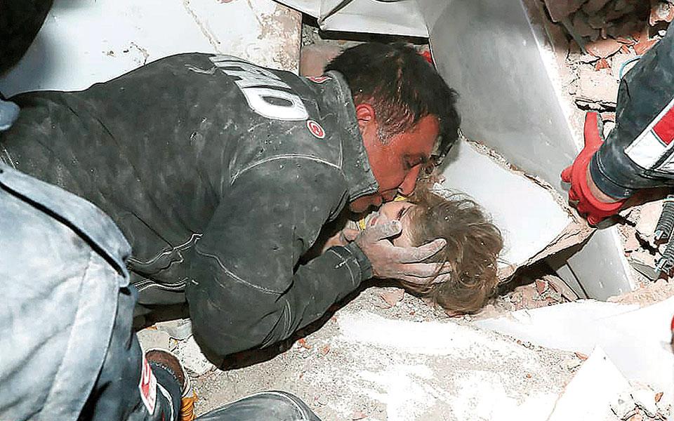 Οι διασώστες εκτιμούν πως το κοριτσάκι επέζησε επειδή βρέθηκε ανάμεσα σε οικιακές συσκευές, κάτι που του επέτρεψε να μη θαφτεί εντελώς κάτω από τα ερείπια (φωτ. Α.Ρ.).