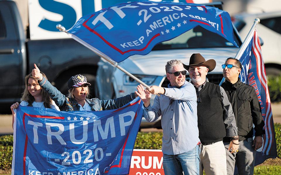 Υποστηρικτές του Τραμπ έξω από εκλογικό κέντρο στο Τέξας (φωτ. A.P. Photo/David J. Phillip).