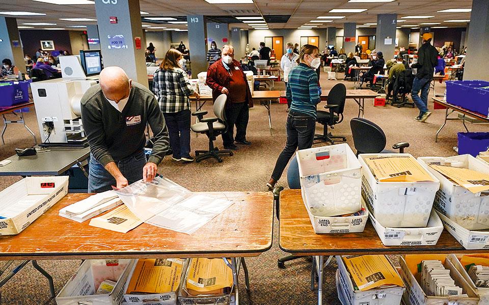 Καταμέτρηση ψήφων στο Μιλγουόκι του Ουισκόνσιν.