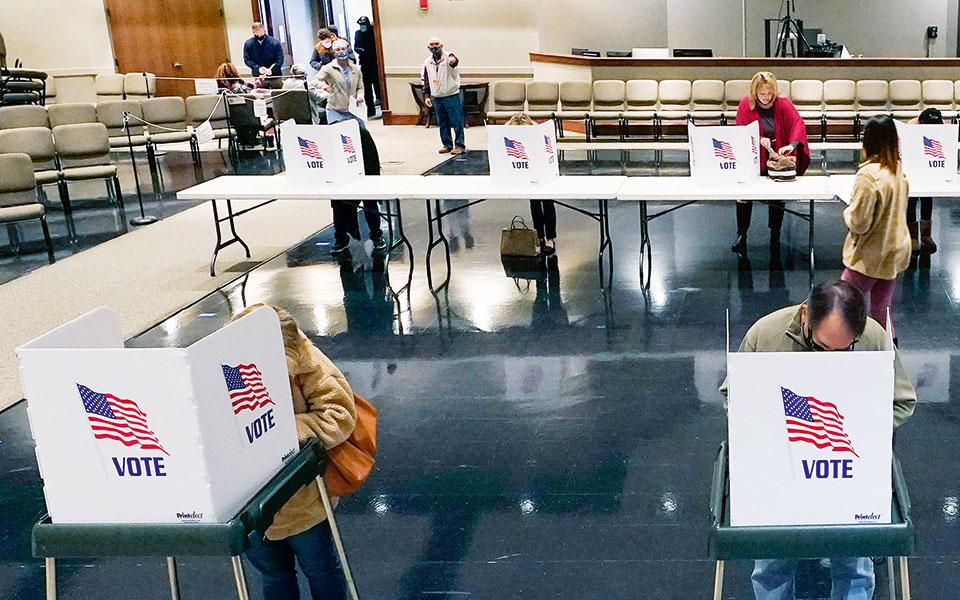 Η ώρα της ψήφου με τήρηση των απαραίτητων αποστάσεων, στο Ρίτζ-λαντ του Μισισίπι (φωτ. A.P. Photo/Rogelio V. Solis).