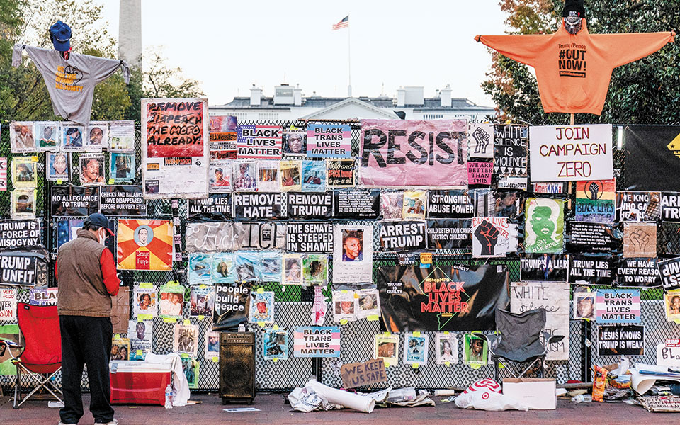Συνθήματα έχουν καλύψει τον φράχτη έξω από τον Λευκό Οίκο (φωτ. A.P. Photo).