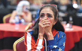 Νύχτα αγωνίας πέρασαν οι Αμερικανοί ψηφοφόροι μετά το αμφίρροπο αποτέλεσμα των εκλογών (φωτ. EPA/DAVID BECKER).