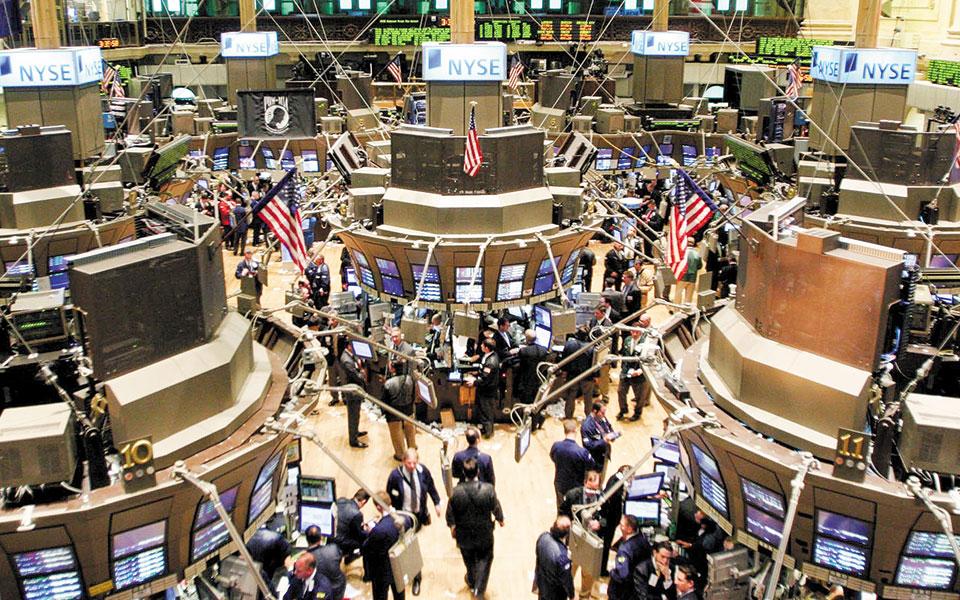 Στη Wall Street, χθες αργά το βράδυ, οι μετοχές της Facebook και της Alphabet, μητρικής της Google, κατέγραφαν ισχυρή άνοδο 8% και 7% αντιστοίχως. Την ίδια στιγμή η μετοχή της Apple κέρδιζε 4%.