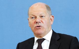 Ο υπ. Οικονομικών Ολαφ Σολτς ανακοίνωσε νέο πρόγραμμα αξίας 10 δισ. ευρώ για τη στήριξη όσων επιχειρήσεων πληγούν στη διάρκεια του Νοεμβρίου.