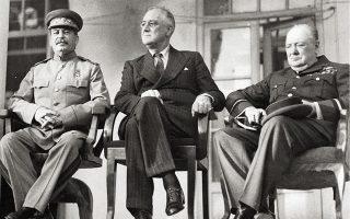 Οι «τρεις μεγάλοι» στη Διάσκεψη της Τεχεράνης, τέλη 1943, εκεί όπου στρώθηκε το χαλί υποδοχής της μεταπολεμικής νέας τάξης πραγμάτων και κατ' επέκταση των γεωπολιτικών σφαιρών επιρροής· στη Γιάλτα, αρχές 1945, οι ίδιοι ηγέτες συμπλήρωσαν το παζλ των συμφωνηθέντων. Στην Τεχεράνη επίσης, διεφάνη η παράδοση της σκυτάλης ηγεμονίας του δυτικού κόσμου από τη βρετανική αυτοκρατορία στην αναδυθείσα ορμητική υπερδύναμη των Ηνωμένων Πολιτειών. Ο ηγέτης της ΕΣΣΔ, δαγκώνοντας την πίπα του, εξαπέλυσε στρατηγική φιλοφρόνηση, λέγοντας πως χωρίς την αστείρευτη πολεμική παραγωγή των ΗΠΑ ο παγκόσμιος πόλεμος δεν θα είχε νικηφόρο προοπτική. «Η επίθεσή μας θα είναι αμείλικτη και επαυξανόμενη» το ενωτικό μήνυμα που εστάλη στο Βερολίνο και στις στρατιές του Χίτλερ. Οι Ουίνστον Τσώρτσιλ, Ιωσήφ Στάλιν και Φραγκλίνος Ρούσβελτ, καθείς ξεχωριστά, είχαν βομβαρδίσει ευγνώμονες με λόγια θαυμασμού τη μικρή Ελλάδα για την τεράστια συνεισφορά της στον συμμαχικό στόχο, εξαίροντας την ευψυχία του λαού της.